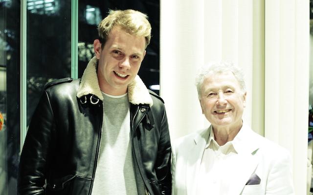 ジョナサン・アンダーソン「ロエベ」クリエイティブ・ディレクター(左)とジョン・アレン=テキスタイル・アーティスト(右)