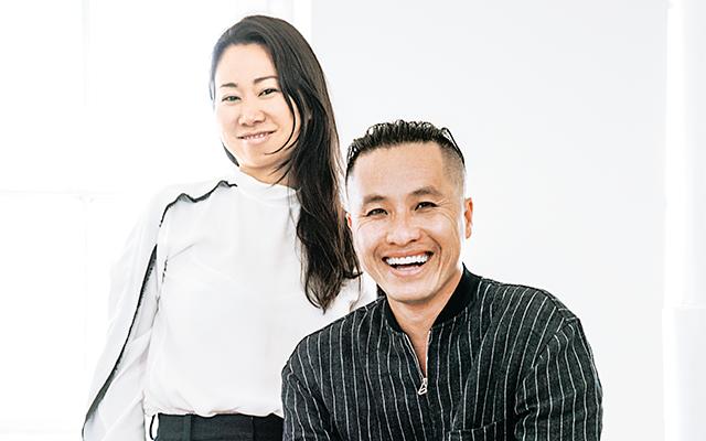 ウェン・ゾウCEO(左)と、フィリップ・リム「スリーワン フィリップ リム(3.1 PHILLIP LIM)」クリエイティブ・ディレクター。彼はカリフォルニア州オレンジカウンティ生まれの中国系アメリカ人。カリフォルニア州立大学で財政学を専攻するもファッションに方向転換し、「カティヨン・アデリ」で1年半、デザインアシスタントとしてインターンを経験。その後、「デベロップメント」でヘッドデザイナーを務め、31歳の時、自身のコレクションをスタートするためニューヨークへ移る。 2005‐06年秋冬にデビューし、現在に至る