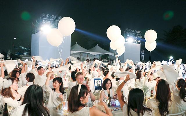 聖徳絵画館前で行われた日本初の「ディネ・アン・ブラン」に1600人が参加。テブルセッティングができたら一斉に白いナプキンを振るのがイベントスタトの合図だ