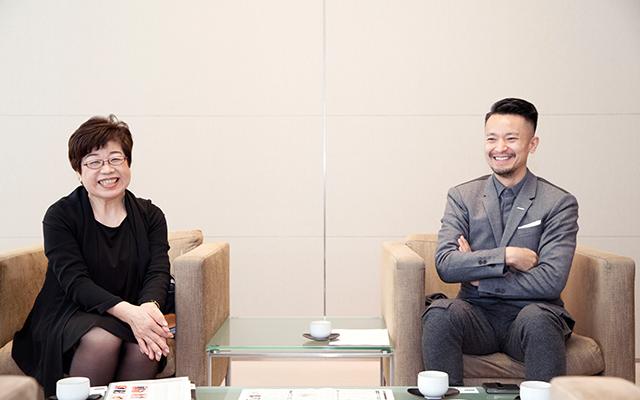 3月で退任した富川栄「SABFA」前校長(左)と原田忠「SABFA」校長