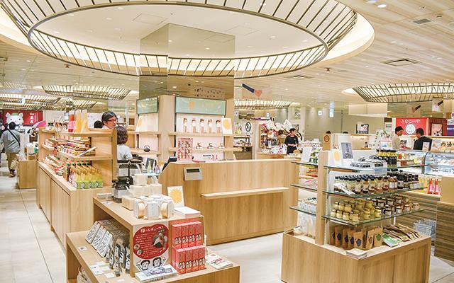 4月21日に開業した博多マルイは衣料品の比率が3割。食品や雑貨を充実させて、隣接する博多駅を利用する人々の日常使いを促す