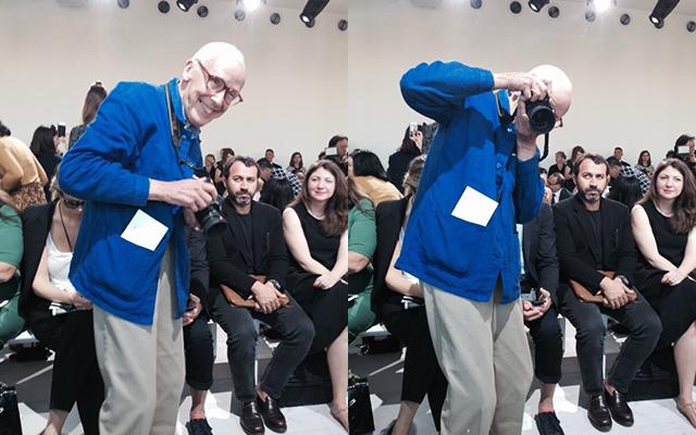 2016年春夏ニューヨーク・コレクションの会場で、カメラを向けるビル・カニンガム