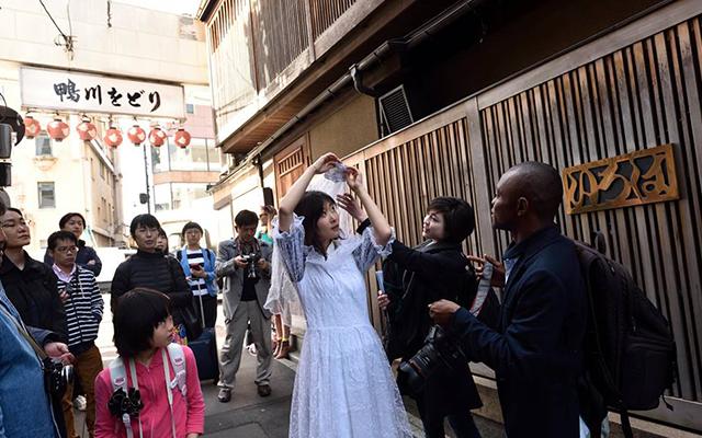祇園で花嫁姿に扮した女性たちをスナップした