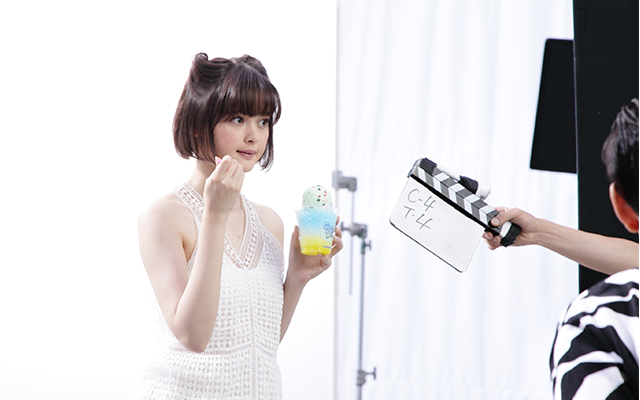 玉城ティナ 1997年沖縄生まれ。日本人とアメリカ人のハーフ。講談社が主催する「ミスiD(アイドル)」でグランプリ受賞し、「ViVi」の専属モデルに。黒髪ボブの「たまかみ」×赤リップをマネする、通称「たまぴよ(玉城ファン)」も急増中で、女子中・高生から新たなファッションアイコンとして注目されている。最近はテレビや映画でも活躍中。写真はCMの撮影風景。 PHOTO BY MAYUMI HOSOKURA