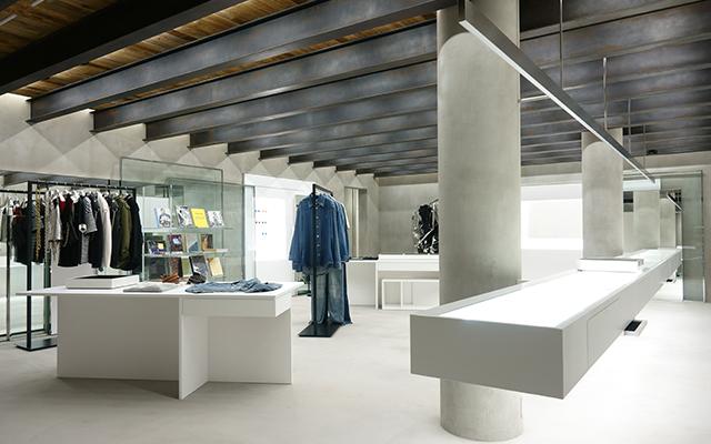 店内はジュエリーが映える白とグレーの空間。手前のショーケース以外、什器は全て自由に移動できる。