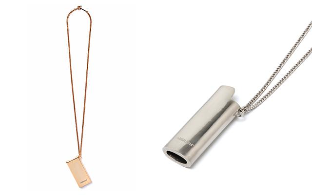 """ショップオープンを記念した限定アイテム。""""フリスク ケース ネックレス""""(左)と""""ライターケース ネックレス""""。共にゴールドとシルバーを販売する。"""