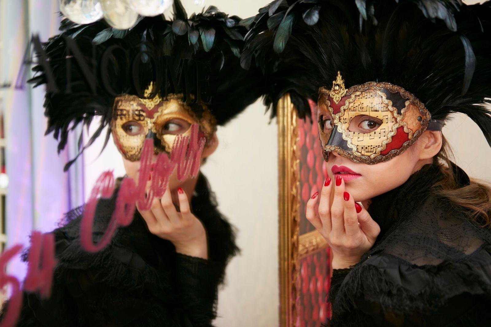 ランコム」が仮面舞踏会を開催 大人の社交場で見つける運命のリップ ...