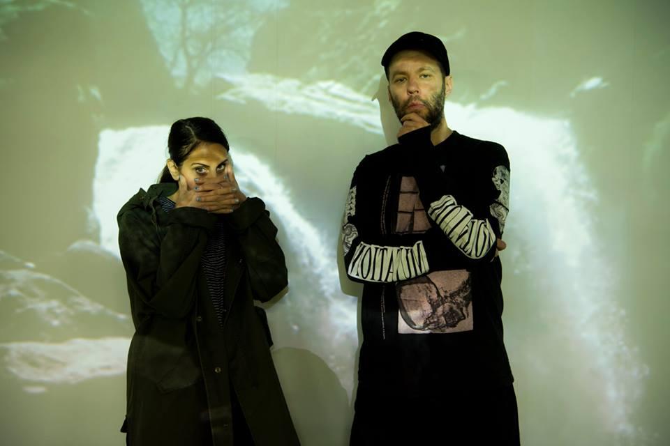 「パム」のショーナ・トゥーヘイ(左)とミーシャ・ホレンバック(右)。ショーナはザ・パーキング銀座とコラボしたモッズコートを着用 Photo by Kazumi Morisaki