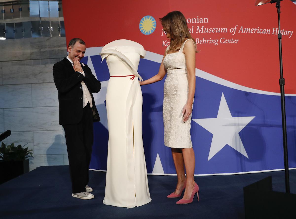 ニア トランプ メラ メラニア夫人、夫トランプ大統領との手つなぎを再び拒否!?